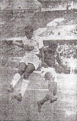 Alfonso Ugarte de Chiclín, Trujillo, fue el primer equipo del interior en jugar en los campeonatos descentralizados. Acá, una escena de su primer partido en la máxima categoría, ante Sporting Cristal (Foto: diario La Crónica)