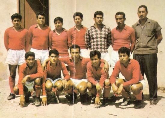 Los 'Diablos Rojos' del Alfonso Ugarte de Chiclín en 1966. Tras quedar decimosegundo, este equipo ganó la Copa Perú y volvió a Primera para el año siguiente (Foto: álbum Deportistas Peruanos, Editorial Gráfica Sanmarti)