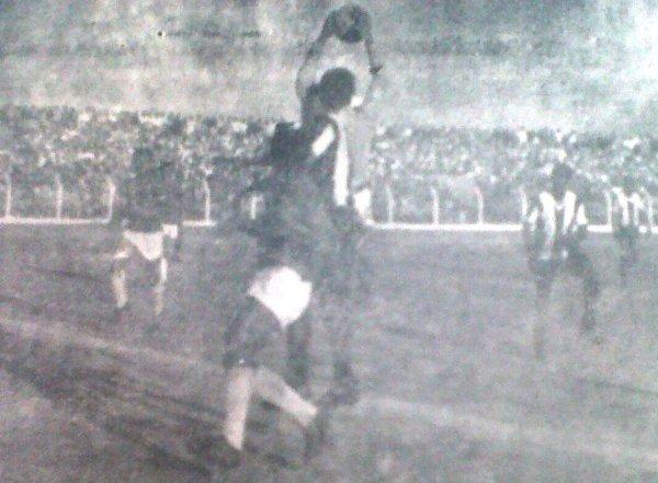 El arquero Francisco Mendoza se anticipa a Teófilo Cubillas en el Aurich 0 - Alianza 1 de 1967, que significó el primer enfrentamiento de ambos en la historia (Recorte: diario La Crónica)