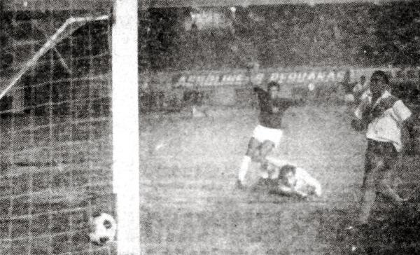 Los brazos en alto le pertenecen a Francisco Gonzales luego de anotar el primer gol en el triunfo del Defensor Lima que envió al descenso a Municipal (Recorte: diario La Crónica)