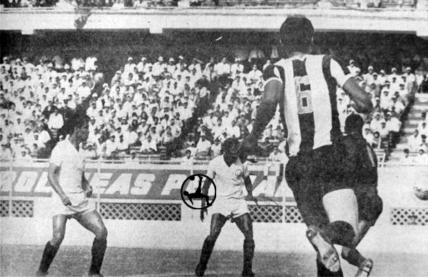 Se acaba de gestar el primer gol de Universitario, obra del 'Loco' Cassaretto, mientras el golero Román Villanueva solo ve pasar el balón (Recorte: diario El Comercio)