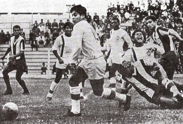 1968. En el Lolo Fernández, Mannucci derrota 1-2 a Alianza. Quipuzco y Capurro aparecen marcados por la zaga íntima (Foto: diario La Crónica)