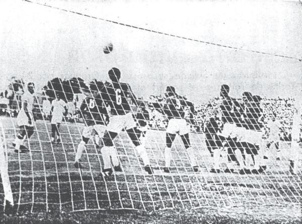 Aurich consiguió clasificar a la Copa Libertadores en 1968 en este partido ante Octavio Espinoza en el Picasso Peratta de Ica. En la escena, el gol de descuento iqueño, anotado por 'Chimango' Mazzo de tiro libre (Recorte: diario La Crónica)