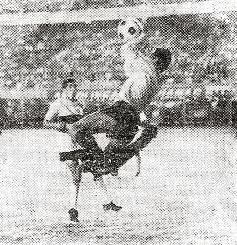 Jesús Goyzueta sale a cortar un ataque de Centro Iqueño. El meta del Sucre no pudo evitar el descenso de su equipo (Recorte: diario La Crónica)