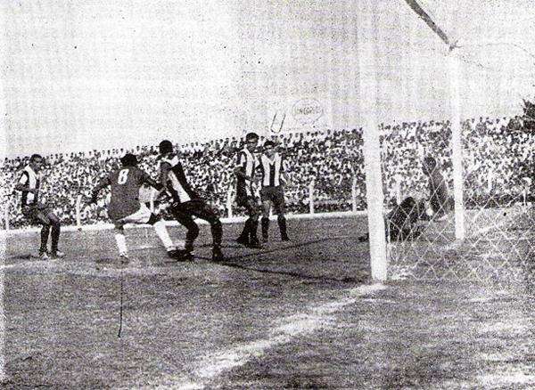 Preciso instante en que el uruguayo Mario Catalá anota el cuarto gol de Aurich, el definitivo.  La zaga aliancista se muestra muy pasiva (Recorte: diario La Crónica)