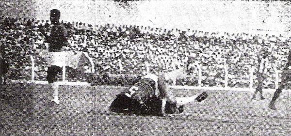 Aurich ya ganaba, pero Cubillas se falló un gol increíble. Esta escena es tras esa jugada, con los aurichistas Guerrero y Espinetto en el suelo (Recorte: diario La Crónica)