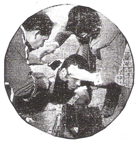 Nagel, defensor íntimo, es atentido por los médicos visitantes tras un choque con Hugo Lobatón, la figura de la tarde chiclayana (Recorte: diario La Crónica)