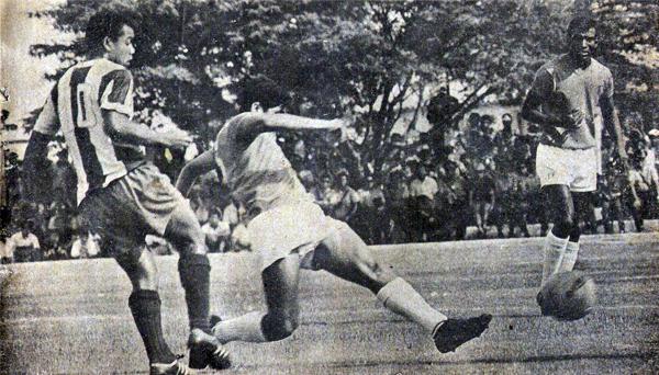 Otra muestra de lo peleado que fue el partido. En la imagen, Teófilo Cubillas es anticipado por el bloque posterior chiclayano (Recorte: revista ¡Arriba! Alianza)