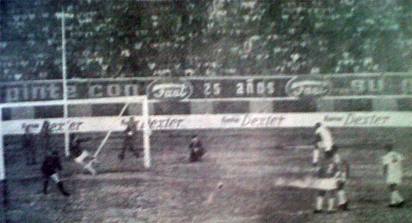 Gol de penal de Alberto Gallardo en la definición del campeonato de 1968 entre Cristal y Aurich, cuando al equipo celeste lo dirigía Didí (Recorte: diario La Crónica)