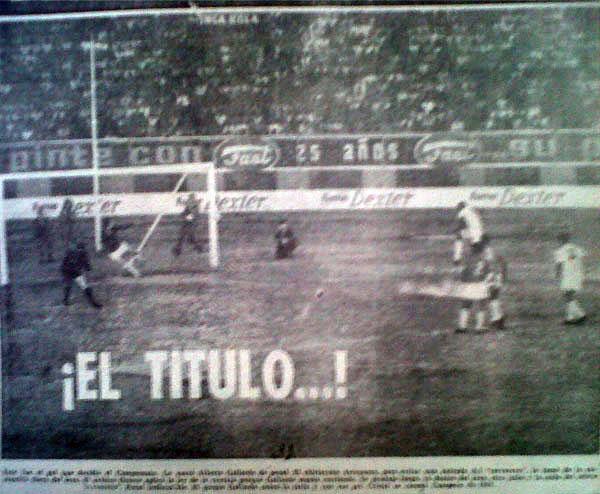 Gol de penal de Alberto Gallardo que selló su doblete personal en la victoria 2-1 de Cristal sobre Aurich en la final de 1968, disputada en el verano de 1969. (Recorte: diario La Crónica)