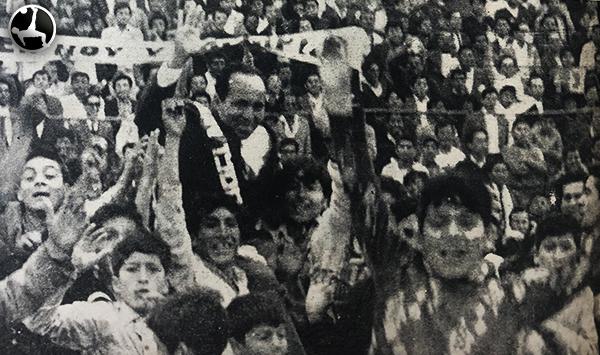La gloria para el 'Cholo' Heredia cargado en hombros por el ascenso de Deportivo Municipal. (Recorte: diario La Crónica)