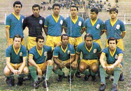 Formación del Porvenir Miraflores que cayó ante Cristal por 2-3 en 1969. Aquel cotejo se disputó un lunes, en una jornada que empezó a disputarse desde el viernes (Recorte: álbum Ídolos del fútbol peruano, Importadores Peruanos)