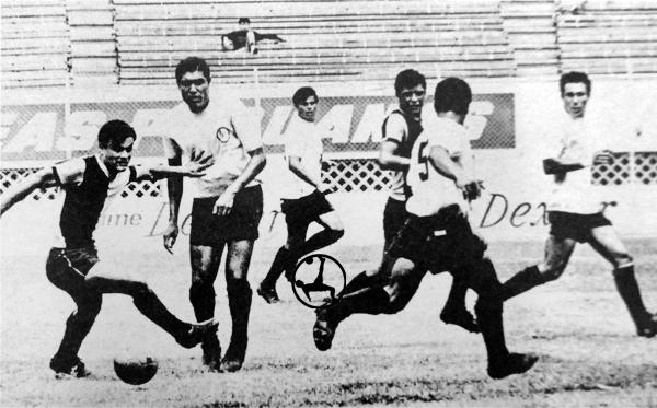 César Cárdenas busca pasar por entre la defensa rosada en el último choque que protagonizaron Boys y KDT (Recorte: diario La Crónica)