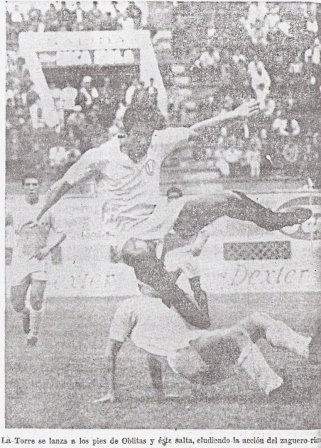 Oblitas por los aires en su primer 'U' - Cristal, barrido por una de las piernas más fuertes de la época: la de Orlando 'Chito' de la Torre (Recorte: diario Correo, 10/10/69 p. 12)
