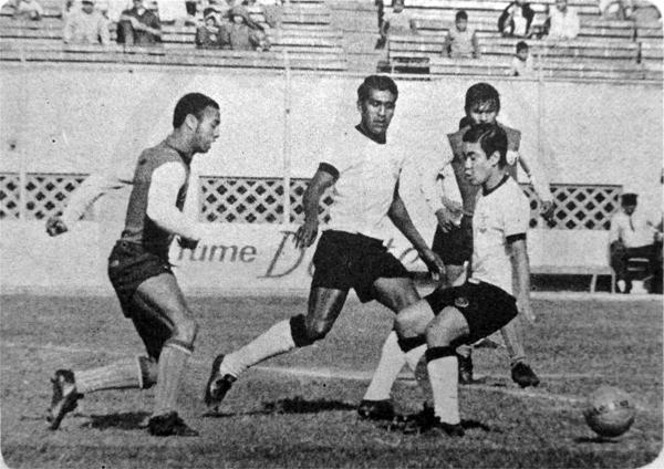 Jaime Mosquera frente a la defensa de Centro Iqueño, en una de las muchas ocasiones que tuvo durante 1969 cuando vistió la casaquilla de Municipal (Recorte: diario La Crónica)