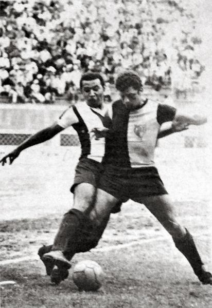 Orlando Lavalle corta el camino de Hugo Bustamante en el estreno de KDT jugando el Clausura de 1969 frente a Alianza Lima (Recorte: diario La Crónica)