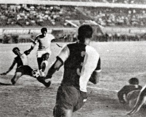 Gol de Rafael Risco, el segundo de los tres con los que Cristal sentenció el descenso de KDT en 1969 (Recorte: diario La Crónica)