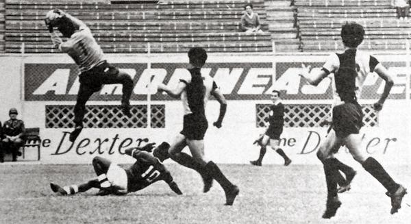 El arquero Orlando Córdova de KDT se luce atenazando el balón ante un ataque de Zevallos del Mannucci durante el primer triunfo del equipo chalaco en el Clausura (Recorte: diario La Crónica)