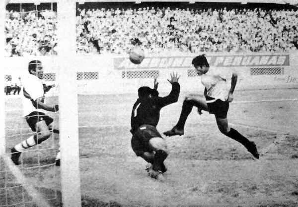 Carlos Urrunaga ya tocó el balón con la rodilla para vencer a Heraclio Paredes en el que fue el 2-1 del Defensor Arica sobre Municipal (Recorte: diario La Crónica)