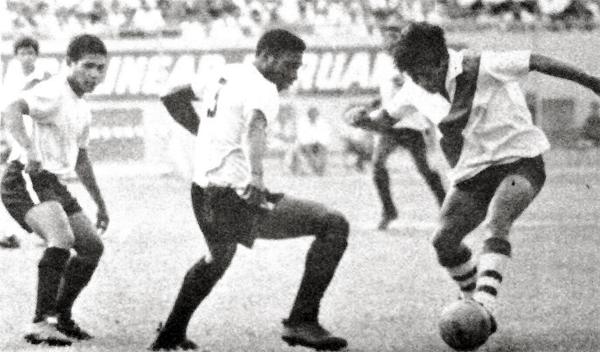 Hugo Sotil en acción frente a la marca de Francisco Quintana y Javier Castillo en el partido que definió al subcampeón (Recorte: diario La Crónica)