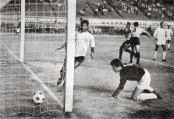 El 'Pinocho' Urrunaga, con la '9' en la espalda, sale gritando su gol sobre la valla del meta Néstor Farías del Atlético Grau en el partido que los enfrentó en la liguilla (Recorte: diario La Crónica)