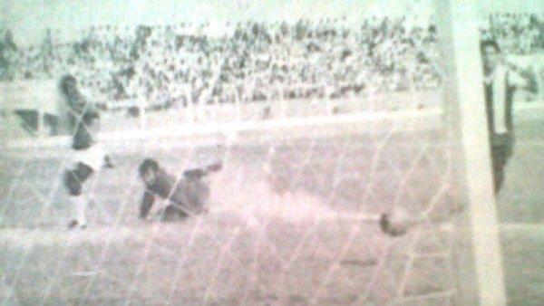 Preciso instante en el que Eladio Reyes convierte para Aurich en el triunfo por 3-2 ante Alianza, en 1970. Es el primer jugador que convirtió goles defendiendo a ambos equipos (Recorte: diario La Crónica)
