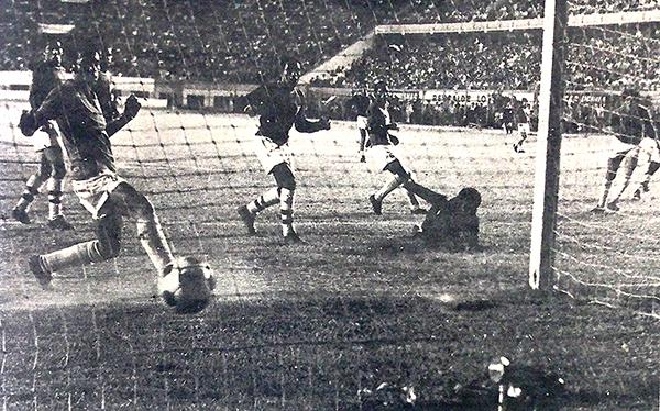 Alberto Gallardo consigue el tercer tanto, con el que Cristal lograba la ventaja sobre Aurich. Al final, los rimenses ganaron 4-2 y lograron el título de la temporada 1970 en 1971 (Recorte: diario La Crónica)
