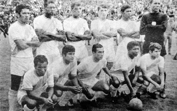 Imagen de Defensor Arica en 1970 cuando se alistaba para jugar la Libertadores (Recorte: diario La Crónica)