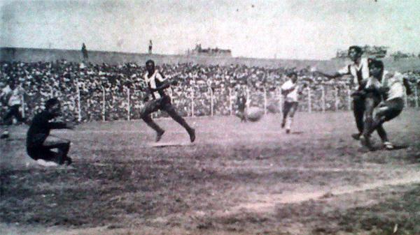 Momento preciso en el que el 'Papi' Hipólito Estrada marca el gol del triunfo frente al cuadro blanquiazul. (Foto: diario La Crónica)