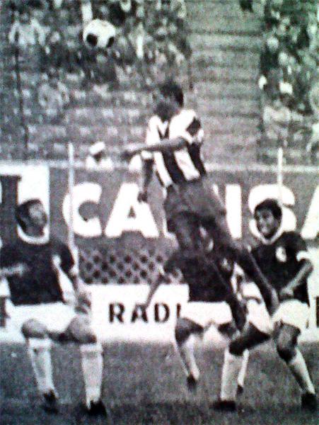 Luego de conseguir el único gol aliancista, 'Babalú' Martínez dio una mano en defensa para intentar contener, de manera infructuosa, los ataques talareños (Recorte: diario La Crónica)
