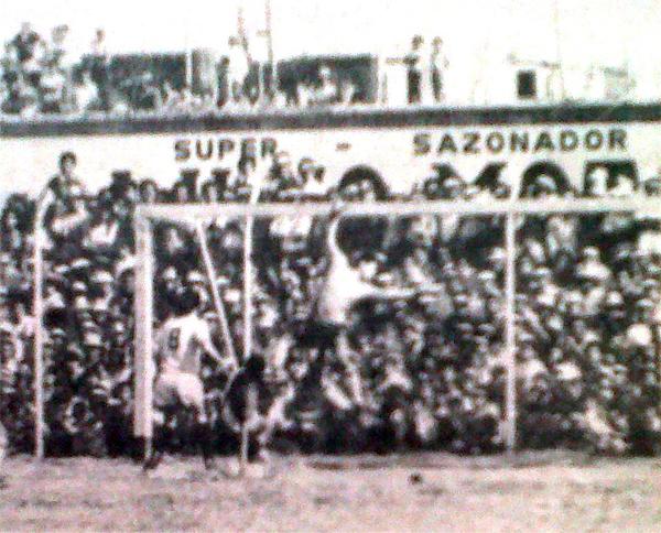 Se aprecian abarrotadas las tribunas del Vivero Forestal; así jalaba gente ese Gálvez modelo 1972. (Foto: diario La Crónica)