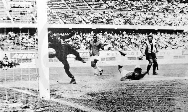 Parece que es gol de Aurich tras el cabezazo de Juan Orbegoso, pero Román Villanueva logró evitar la caída en el debut de Hugo Bagnulo con Alianza Lima (Recorte: diario La Crónica)