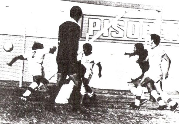 1972. En el Mansiche, la primera victoria sobre Universitario, que en esta jugada ponía el empate transitorio vía Rubén Techera en el arco de Vargas (Foto: diario La Industria de Trujillo)