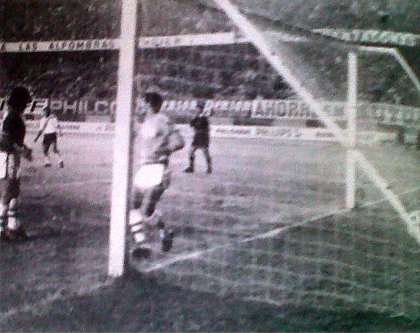 El balón descansa en el arco de Unión Tumán luego del tanto conseguido con golpe de cabeza por Marco Portilla (Recorte: diario La Crónica)