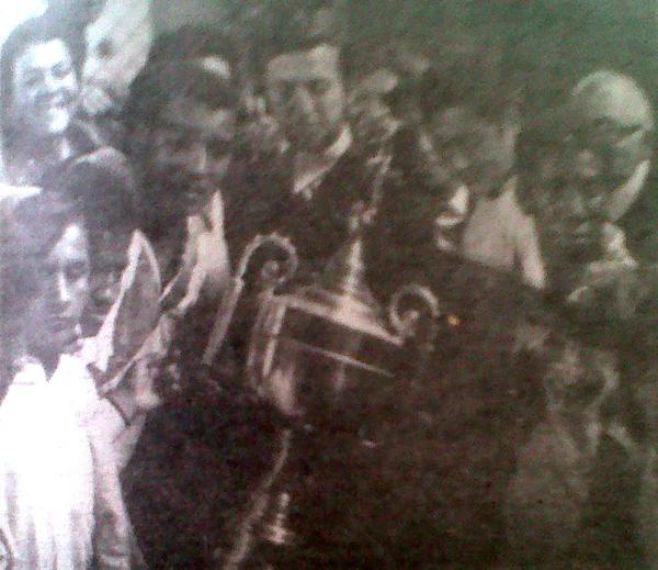 El trofeo en las manos del capitán galvista y la algarabía general por el logro alcanzado (Recorte: diario La Crónica)