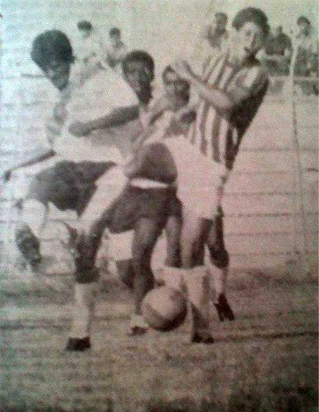 Una acción del partido entre José Gálvez y Atlético Grau en el Interzonal de 1972, torneo en el que los chimbotanos se impusieron en su zona (Recorte: diario La Crónica)