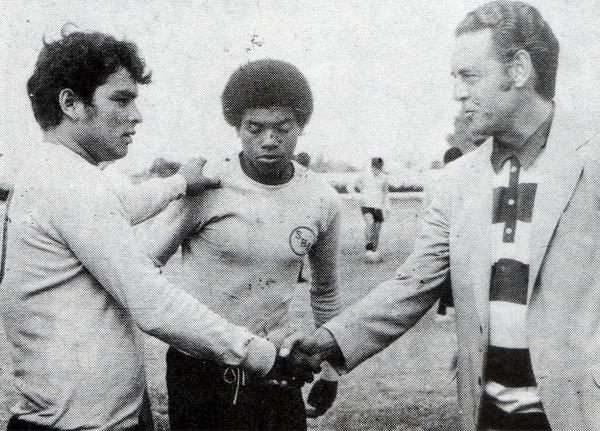 El saludo del recién llegado técnico Juan Eduardo Hohberg con Walter Daga y 'Patrulla' Barbadillo cuando el uruguayo dirigió a Sport Boys (Foto: libro '¡Vamos Boys!', Teodoro Salazar Canaval)
