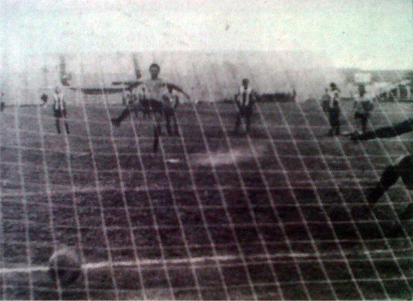 La mayor goleada de Boys sobre Alianza se dio en 1972 con tantos, entre otros, de Walter Daga que aquí anota de penal en partido jugado en el 'Lolo' Fernández (Recorte: diario La Crónica)