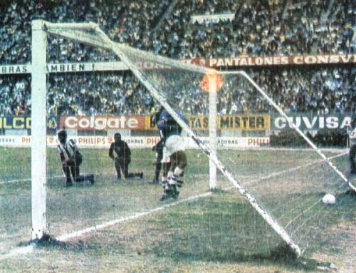 Gol de cabeza de Vinha de Souza a Román Villanueva en el Cristal 1 - Alianza 0 del Descentralizado 1973. En ese mismo partido, el brasileño se fue expulsado (Recorte: revista Ovación)