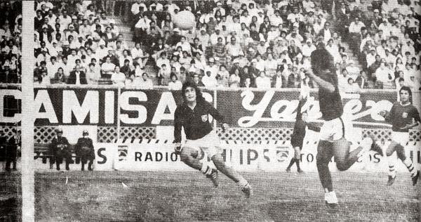 Escena del gol de Francisco Gonzales a Ramón Quiroga, en el triunfo 0-1 de Defensor Lima sobre Cristal en el arranque de la liguilla de 1973 (Recorte: revista Ovación)