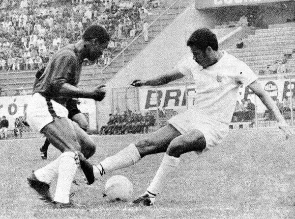 Guillermo La Rosa, una de las figuras del Defensor de Máspoli, pelea el balón con José Zevallos del Grau. Los 'Carasucias' pudieron acceder a la liguilla final de 1973 (Recorte: revista Ovación)