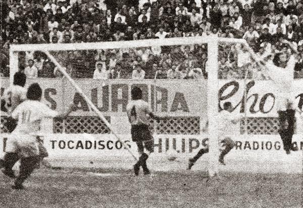 Oswaldo 'Cachito' Ramírez ya abrió la cuenta en el Nacional y celebra su gol ante el júbilo compartido de Juan Carlos Oblitas y Héctor Bailetti (Recorte: revista Ovación)