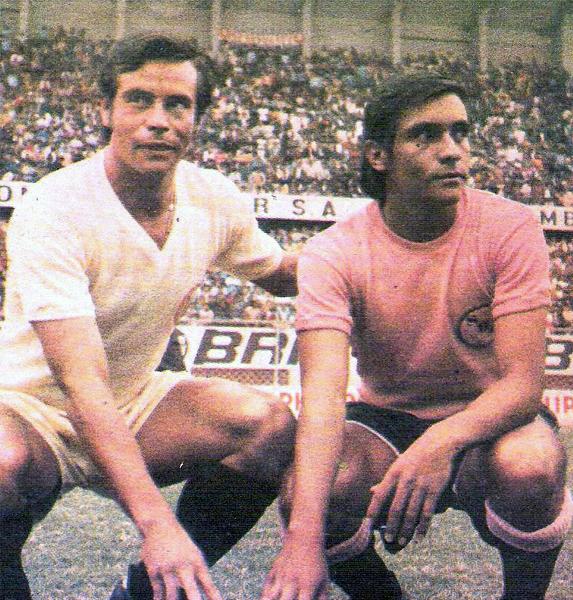 'Cachito' y 'Coco', los hermanos Ramírez, goleadores de Universitario y Boys que posan para la foto antes del encuentro (Recorte: revista Ovación)