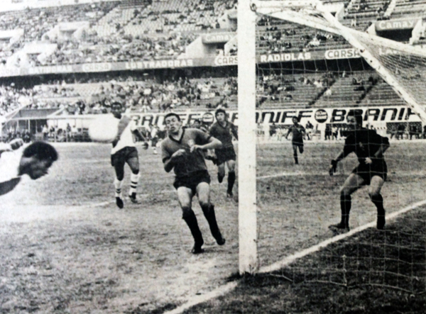 Atilio Escate aparece por la izquierda para conectar de cabeza el balón ante la desesperación de la defensa de Huracán con el arquero Farfán a la cabeza (Recorte: diario La Crónica)