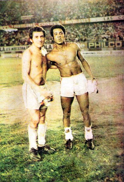 José Fernández y Francisco Gonzales, dos jugadores que fueron determinantes en el título de Defensor Lima en 1973 (Recorte: revista Ovación)