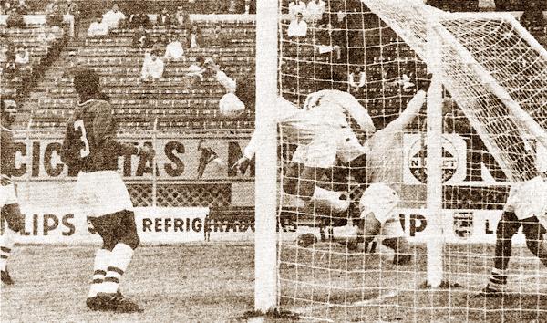Escena del partido entre Cristal y CNI en el estadio Nacional, el anterior triunfo de un equipo de la selva sobre los rimenses jugando de visita (Recorte: revista Ovación)