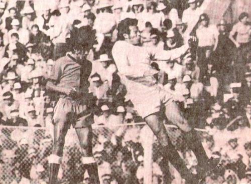 'Cachito' Ramírez va en busca de un centro ante Melgar en Arequipa durante la campaña que culminó con el título para Universitario (Recorte: revista Ovación)