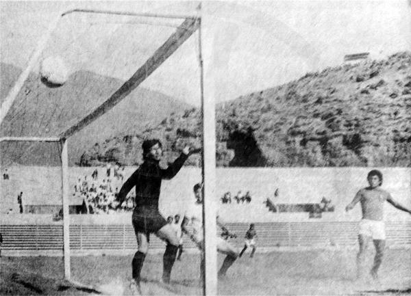 En 1974 el Descentralizado pasó a jugarse en varias plazas nuevas y con tribunas no necesariamente llenas, como en este León - Cienciano en Huánuco. (Foto: revista Ovación)