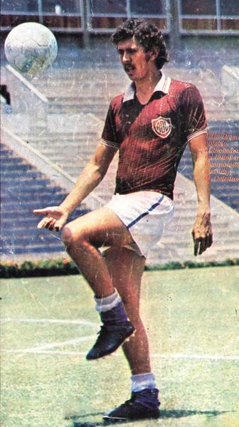 Uno de los jugadores más conocidos que en su momento vistió las sedas granate y de la franja fue Roberto 'Titín' Drago (Recorte: revista Ovación)