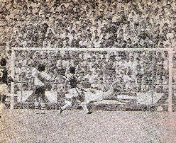 En 1975, Municipal barrió a Defensor con un claro 4-0. En la imagen se aprecia el último tanto de ese encuentro anotado por Jorge 'Billarista' Ramírez (Recorte: revista Otro Gol)